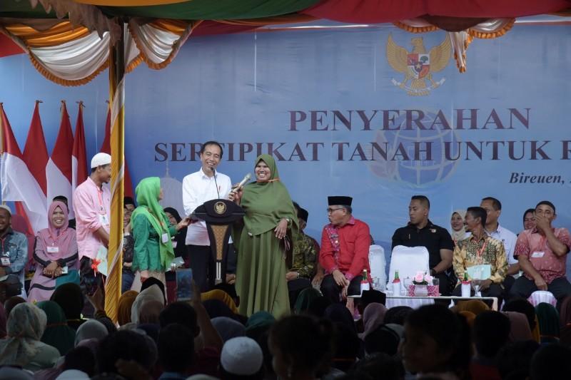 Presiden berbincang dengan warga Aceh dalam acara penyerehan serifikat hak tanah