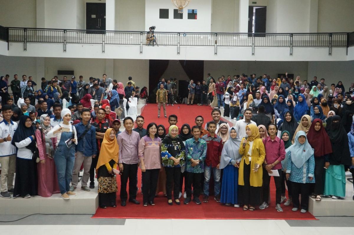 Swafoto Direktur Septriana bersama para narsum dan mahasiswa UNG