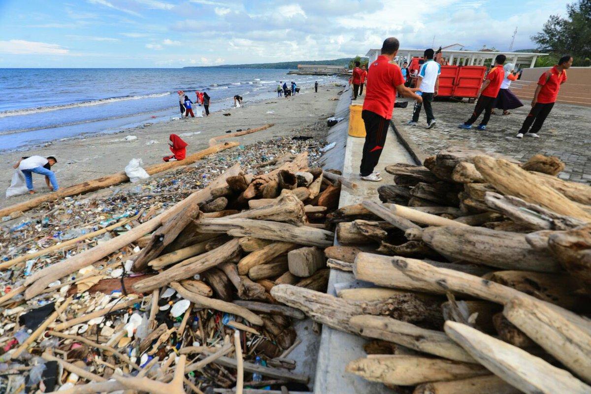 Aksi Bersih Sampah dari Pantai Hingga ke Gunung (2)
