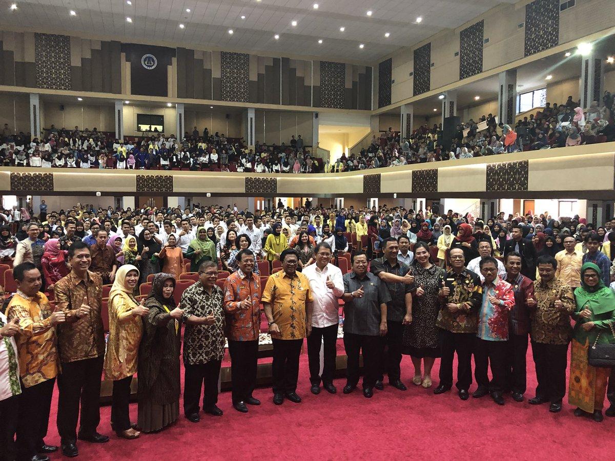 Seusai kegiatan tersebut, Menkominfo Rudiantara menyempatkan diri foto bersama 2500 mahasiswa dan tamu undangan lainnya yang hadir di Aula Univ. Negeri Padang (8/2/2018).